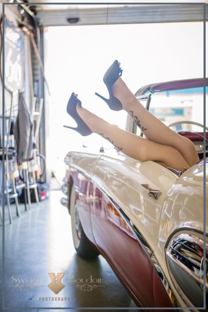 Pin up shoot met vintage auto