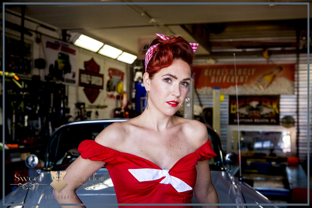 Pin up shoot met vintage auto