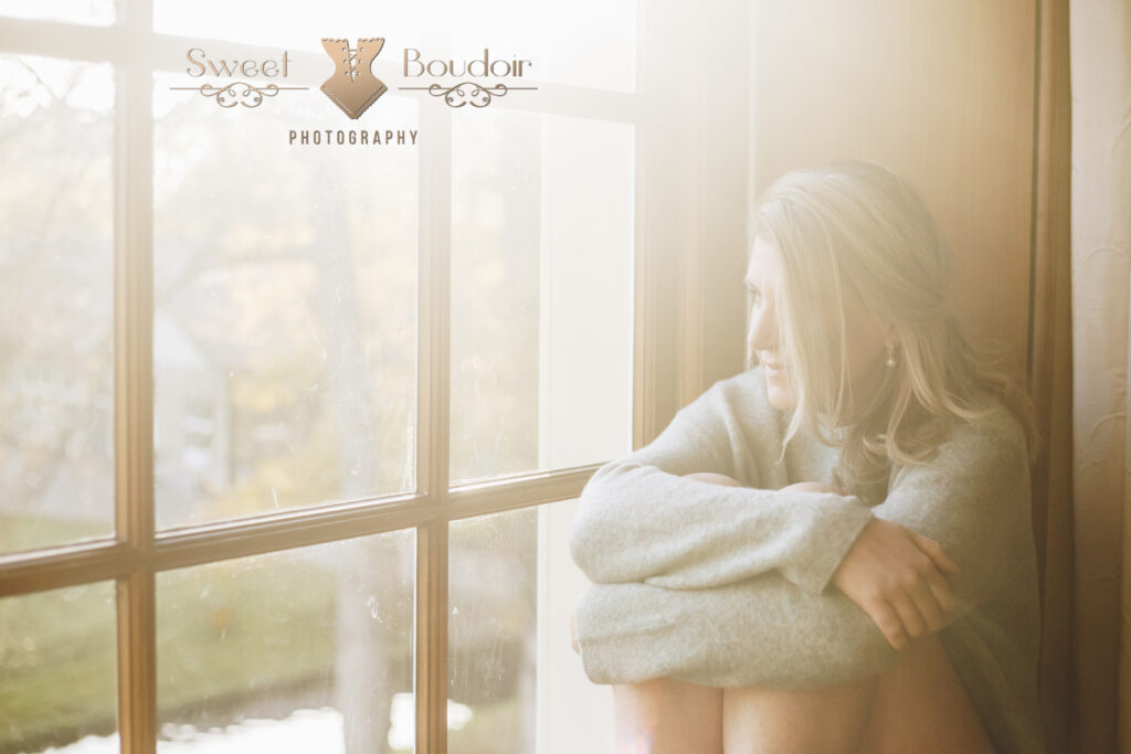 boudoir reportage in off shoulder trui